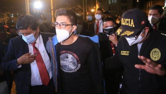 En el frontis de la comisaría San Andrés, en Cercado de Lima, donde Carlos Ezeta permanece detenido, Gómez le pidió al parlamentario Ricardo Burgas que disculpe a su hijo debido a que él no es una persona violenta. (Foto: César Von Bancels/GEC)