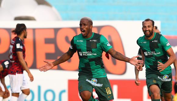 Barcos persigue a Jefferson Farfán tras el 1-0 de Alianza Lima contra Deportivo Municipal por la fecha 2 de la Fase 1 de la Liga 1. (Foto: Instagram Hernán Barcos)