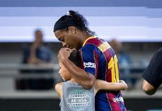 Aficionado corrió a abrazar a Ronaldinho en medio del duelo de leyendas de Barcelona vs. Real Madrid |VIDEO