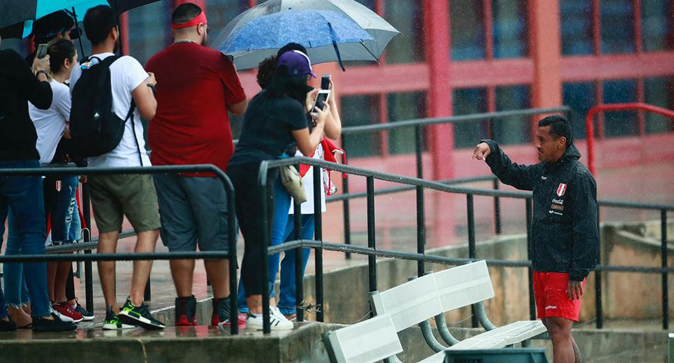 A pesar de la lluvia, Renato Tapia atendió a los hinchas. (Foto: Daniel Apuy, enviado especial / GEC)