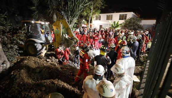 Los bomberos y policías trabajan en rescatar cuerpo de niño que cayó a un pozo. (César Bueno/GEC)