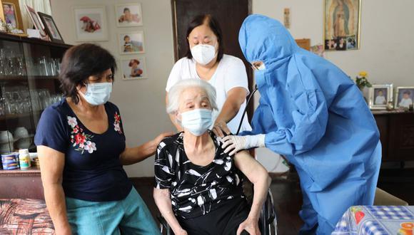 Los mayores de 80, 70 y 60 años serán inmunizados contra el COVID-19 a más tardar en la tercera semana de julio. Conoce todos los detalles en esta notas (Foto: Andina)