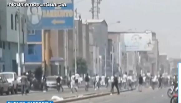 Barristas de Alianza Lima se enfrentaron esta mañana en los exteriores del estadio Villanueva, en La Victoria. Foto: captura TV Perú Noticias