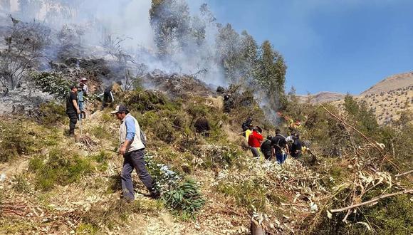 Bomberos, trabajadores municipales, policías y serenos apoyan en las labores para apagar el incendio. (Foto: Municipalidad distrital de San Jerónimo)