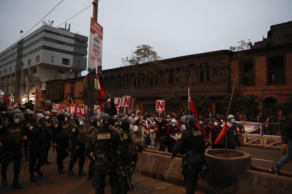 Simpatizantes de Perú Libre se movilizaron este jueves hasta el frontis del Congreso de la República, en el Cercado de Lima, exigiendo que el Jurando Nacional de Elecciones (JNE) proclame al ganador de las Elecciones Generales de Perú de 2021 llevada cabo el 6 de julio. (Foto: Hugo Pérez @photo.gec)