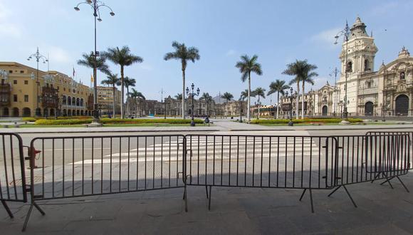 Plaza Mayor de Lima permanece cerrada debido a la colocación de rejas. (Foto: Trini Valderrama)