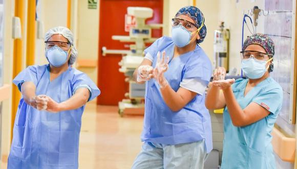 """""""Esta práctica (de higienizar las manos) nos ha ayudado a reducir la frecuencia de casos de neumonía, creemos que se debería hacer lo mismo en otros centros hospitalarios"""", dijo médico intensivista Franklin Mendoza Torres. (Foto: INSN San Borja)"""