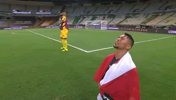 El futbolista brasileño se puso en la espalda una bandera color rojo y blanco, muy parecida a la de Perú.