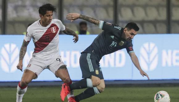 Argentina's Lionel Messi (R) srives the ball past Peru's Gianluca Lapadula during their closed-door 2022 FIFA World Cup South American qualifier football match at the National Stadium in Lima on November 17, 2020. (Photo by SEBASTIAN CASTANEDA / POOL / AFP)