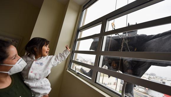 'Batman' saludó a sus pequeños héroes en el Día del Niño que se celebra mañana. (Foto: INSN San Borja)
