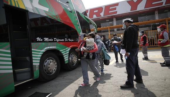 Es indispensable el uso de protector facial y mascarilla para subir al bus. (Foto: Anthony Niño de Guzmán)