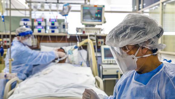 Imagen referencial de enfermo de Covid-19 recibiendo tratamiento. (Foto: Silvio AVILA / AFP)