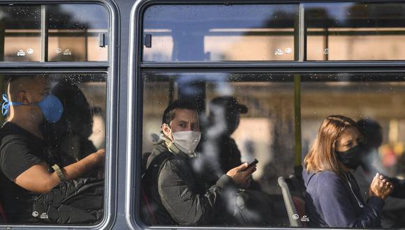 Los argentinos se protegen para evitar cualquier contagio a causa del coronavirus. Varios atraviesan una crisis económica debido a la pandemia (Foto: AFP)