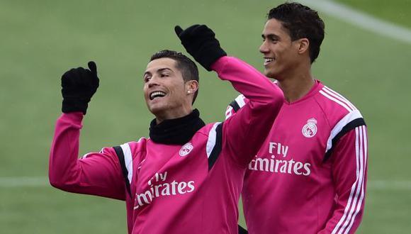 Cristiano Ronaldo y Raphael Varane se juntaron y se saludaron en el marco del duelo Portugal-Francia. (Foto: AFP)