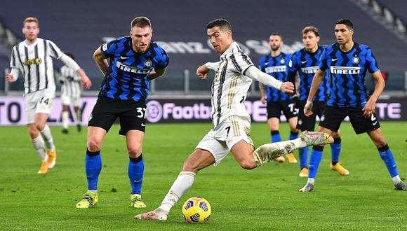 Turin (Italy), 09/02/2021.- Juventus' Cristiano Ronaldo (C) in action during the Italian Cup semi final, second leg soccer match between Juventus FC and Inter Milan in Turin, Italy, 09 February 2021. (Italia) EFE/EPA/ALESSANDRO DI MARCO