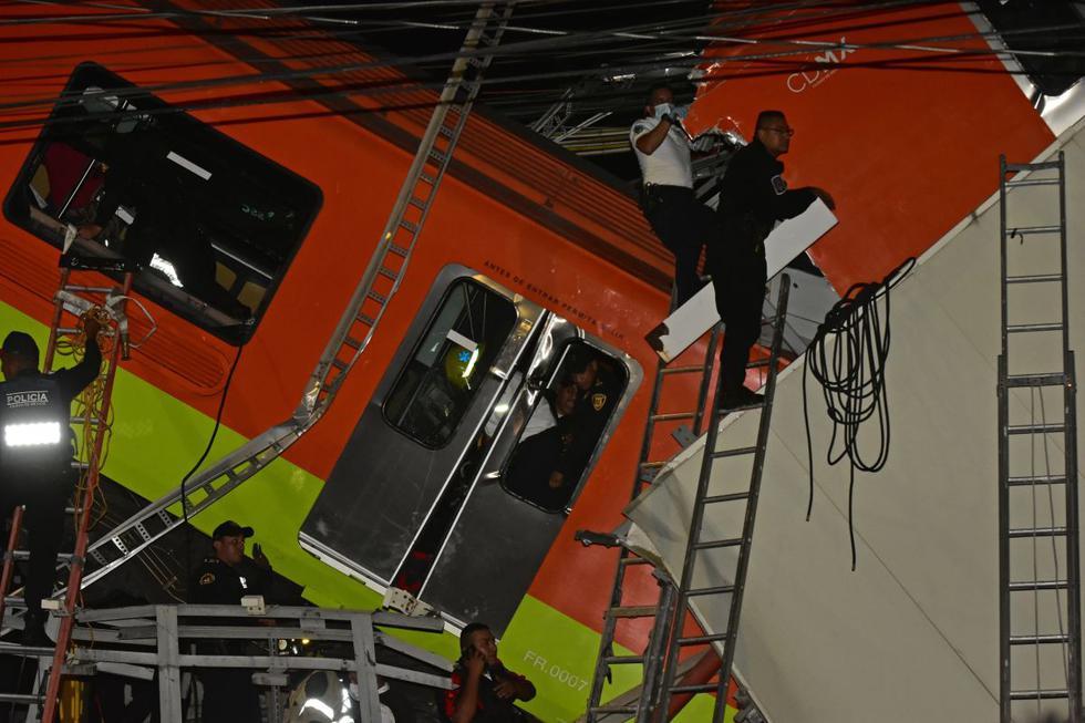 Personal de rescate trabaja en uno de los vagones tras el colapso del Metro en la Ciudad de México (México). (EFE/ Carlos Ramírez).