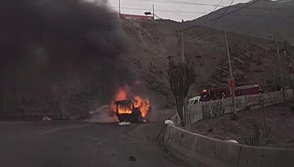 Fuego consumió a la camioneta en contados minutos en el cerro Centinela, en Surco. (Foto: Municipalidad de Surco)