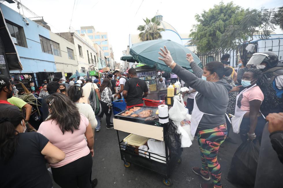 Una gran cantidad de ambulantes se han apoderado de las calles de Mesa Redonda, ubicado en el Cercado de Lima, debido a la campaña navideña. Esta situación ocurre en pleno estado de emergencia debido al COVID-19, según informó Canal N. (Foto: Britanie Arroyo / @photo.gec)