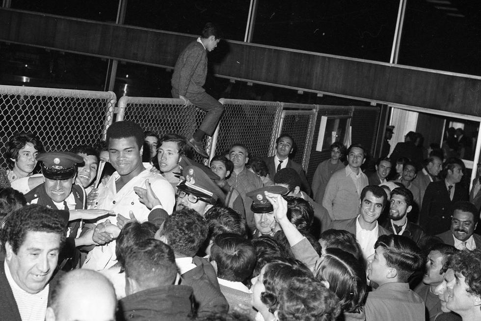 Ali en el Aeropuerto Internacional Jorge Chávez, siendo recibido por una multitud emocionada de aficionados que luchaban por tocarlo. (Foto: GEC Archivo Histórico)
