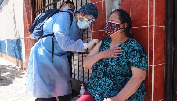 Las 14 brigadas de salud que recorren las viviendas en condiciones, a veces, adversas están conformadas por licenciados y técnicos de enfermería . (Foto: Minsa)