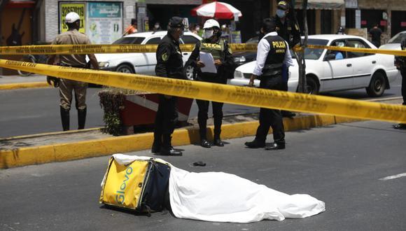 Asesinan a joven que vendía celulares para robarle y policía abate a uno de los delincuentes que usaba mochila de delivery en la Avenida Habich, en San Martín de Porres. (Foto: Diana Marcelo / @photo.gec)