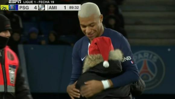 Mbappé le dio regalo de Navidad a niño saltó a la cancha del Parque de los Príncipes   VIDEO