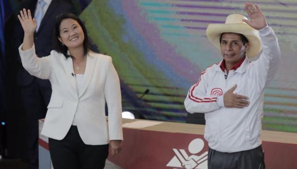 Keiko Fujimori y Pedro Castillo posan para la foto de despedida tras la finalización de debate presidencial desarrollado en Arequipa   Foto: Leandro Britto / @photo.gec