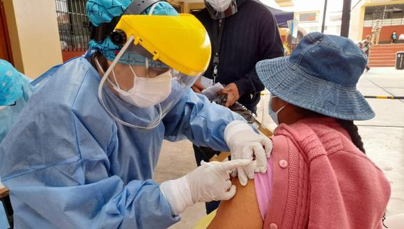 Adultos de 50 años a más serán vacunados desde este lunes 21 de junio en la región Tacna. Foto: Diresa Tacna