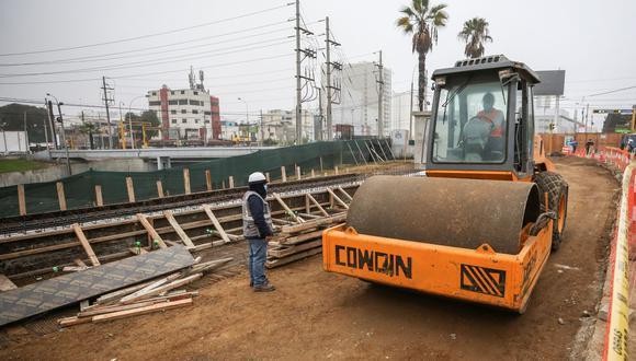 La obra tiene un avance del 55% y contempla la ampliación de tres a cinco carriles de la vía auxiliar en sentido sur - norte, en el tramo comprendido entre las rampas de ingreso y salida a la Vía Expresa.  (Municipalidad de Lima)
