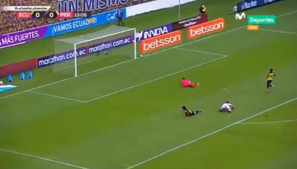 El delantero peruano por poco anota el primer gol del partido ante Ecuador.