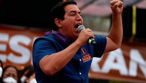 El candidato a la Presidencia de Ecuador Andrés Arauz (c) habla a sus simpatizantes durante el cierre de su campaña electoral en Quito. FOTO: EFE