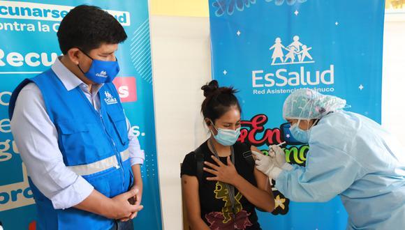 El presidente de EsSalud, Mario Carhuapoma, supervisó la vacunación de jóvenes en Huánuco. (Foto: EsSalud)