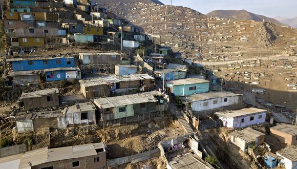 Vista aérea de Pamplona Alta, en el sur de Lima, una zona de alta densidad poblacional que vive en la pobreza. (Foto Cris BOURONCLE / AFP).