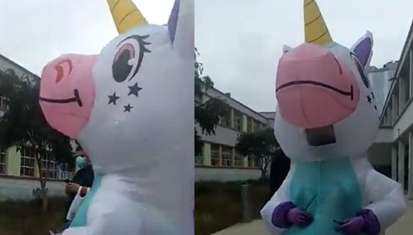 Mujer llegó a su local de votación disfrazada de unicornio para protegerse del coronavirus.