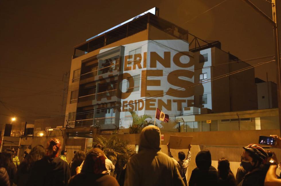 Un grupo de protestantes que llegó a la vivienda del presidente de la República, Manuel Merino, ubicado en el distrito de San Borja, proyectó el rostro del mandatario en el frontis de su casa como modo de protesta, a fin de exigirle que renuncie al cargo. (Foto: César Bueno @photo.gec)