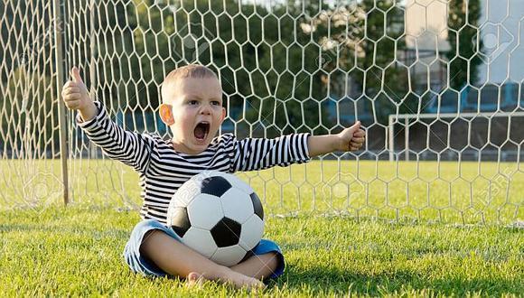 Deje que el niño grite su gol con plena libertad