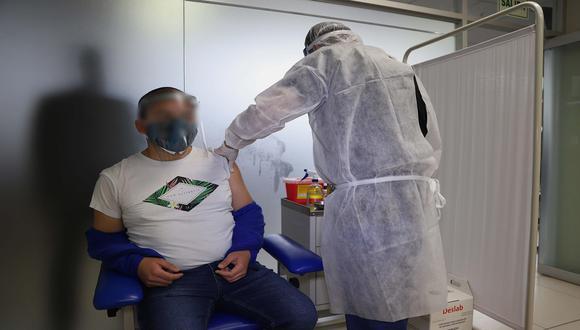 Un grupo de los 12 mil voluntarios del ensayo clínico de Sinopharm reclaman acceder a dosis contra el COVID-19. (Foto: EFE)