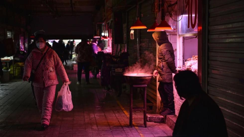 La primera persona contagiada por Covid-19 habría sido una mujer que vendía camarones en un mercado de Wuhan