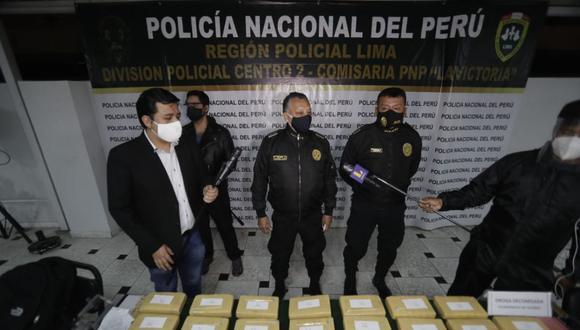 Al revisar las dos mochilas de la mujer, la Policía halló 30 paquetes tipo ladrillo. (Renzo Salazar/@photo.gec)