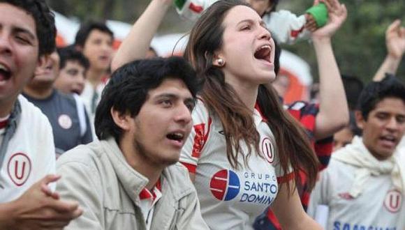 En el marco del Universitario vs. Defensa y Justicia, los hinchas peruanos residentes en Buenos Aires llegaron hasta la concentración del cuadro merengue para pedir la salida del técnico Ángel Comizzo. FOTO: Archvivo.