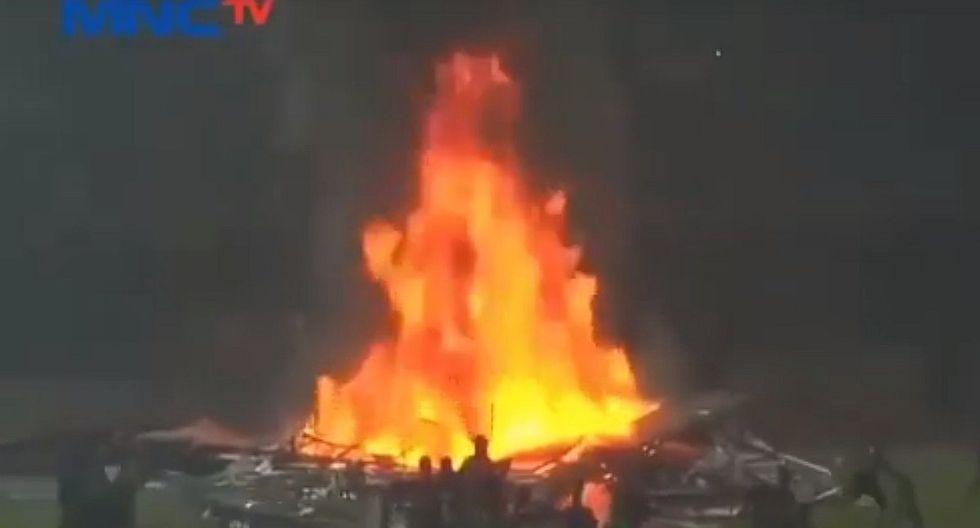 YouTube: Hinchas del Persebaya de Indonesia incendiaron su estadio tras derrota del equipo | VIDEO