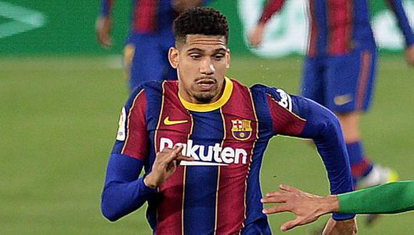 Ronald Araujo fue cambiado a los 11 minutos del partido ante Real Betis. (Foto: AFP)