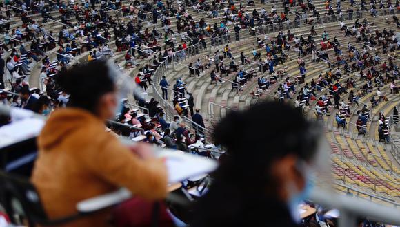 Un grupo de postulantes rindieron el examen de admisión 2021 en el recinto deportivo de la Decana de América. Foto: Hugo Curotto / @photo.gec