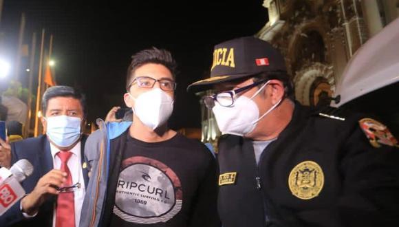 El abogado del joven de 24 años informó a la prensa que el congresista Burga llegó a la comisaría para denunciarlo. Ezeta Gómez sería procesado por violencia y resistencia a la autoridad, indicó el letrado. (Foto: César Von Bancels/GEC)