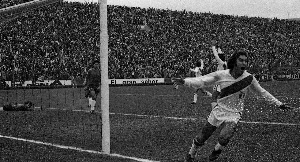 Juan Carlos Oblitas celebrando gol ante la selección chilena. (GEC Archivo Histórico)