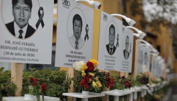 Carteles con los retratos de los médicos que murieron luchando contra el coronavirus permancen colocados en las instalaciones del Colegio Médico del Perú. (Foto: archivo/ Anthony Niño de Guzmán / GEC)
