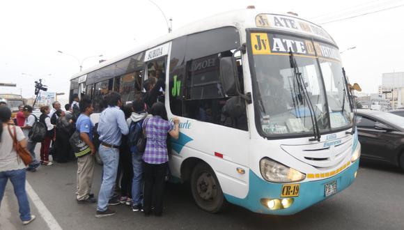 Transportistas acatan paralización. Usuarios tuvieron dificultades para conseguir un medio de transporte.  (Foto: GEC)