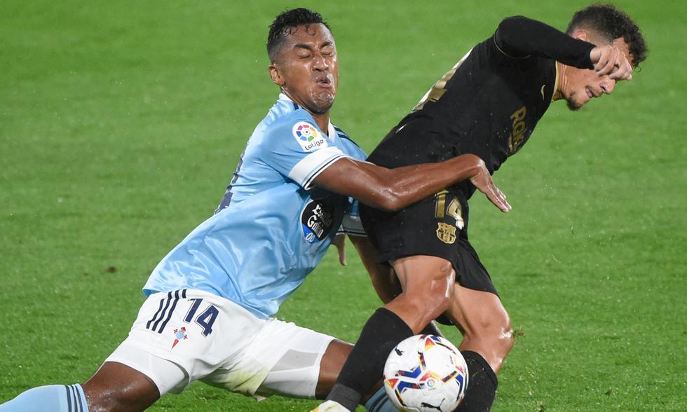 A los 21 del juego entre Barcelona y Celta de Vigo, Tapia se dio maña para frenar el avance de Coutinho, tras el gol que ya había marcado el conjunto 'Culé'. FOTO: AFP