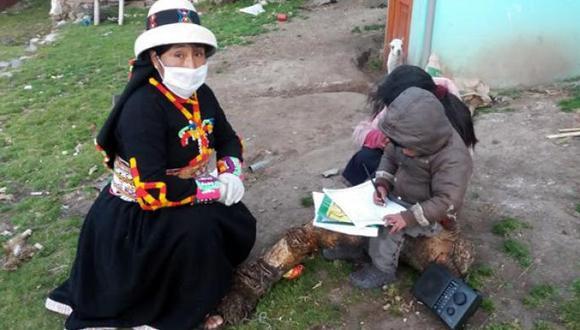 Con materiales educativos como cuadernos de trabajo elaborados actualmente hasta en 32 lenguas originarias, escolares atienden clases. Foto: Minedu