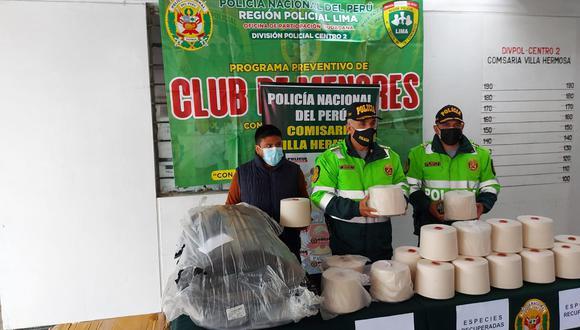 El coronel Jorge Barboza muestra parte de la mercadería recuperada que había sido robada por tres delincuentes en una fábrica textil. (Foto: PNP)